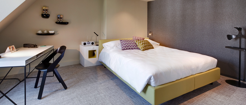 continental-park-hotel-Lifestyle-Juniorsuite-desk-bed.jpg